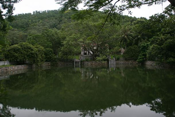 Hồ nước hình chữ nhật trong khuôn viên đền