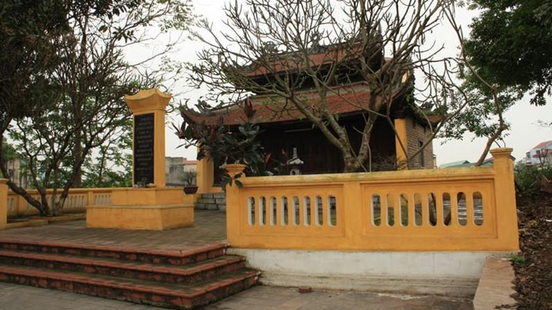 Khuôn viên trước đền