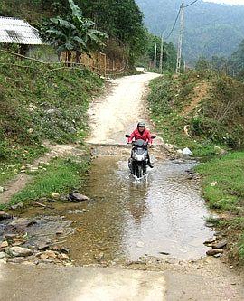 Đoạn suối tràn chảy qua tuyến đường vào thôn Cổ Yểng, xã Thanh Tương