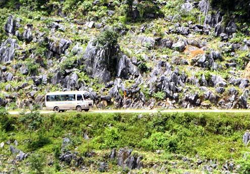 """Đường lên Đồng Văn, Mèo Vạc xuyên qua những rừng đá tai mèo, xứng với tên gọi """"cao nguyên đá""""."""