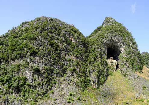 Có những quả núi đá mang hình thù kỳ dị, rất có giá trị trưng bày địa chất lộ thiên.