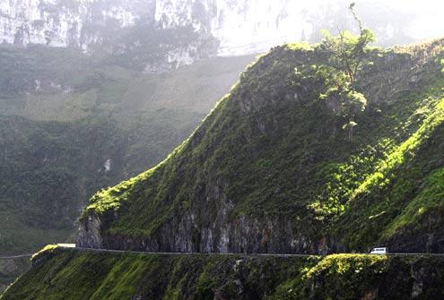 Đường Hạnh Phúc cheo leo trên vách đá và sườn núi dốc đứng.