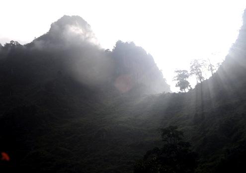 Mây nắng huyền bí trên ngọn núi cao nguyên đá…