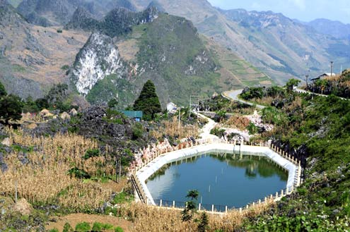 Nơi đây nhiều năm trước từng khô khát triền miên, nay đã xuất hiện những hồ treo do Thủ tướng tặng đồng bào. Nguồn nước quý giá này được trông coi cẩn thận để người dân sử dụng làm nước ăn hàng ngày.