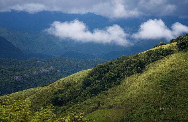 Gần cuối đèo mới thấy trời ửng nắng khi nhìn qua xã Hướng Việt, một góc quang cảnh hùng vĩ của dãy Trường Sơn hiện ra trong tầm mắt.