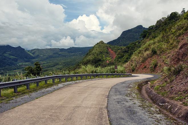 Toàn cảnh chân đèo thuộc huyện Hướng Việt, con đường vẫn cứ kéo dài xa tít tắp.