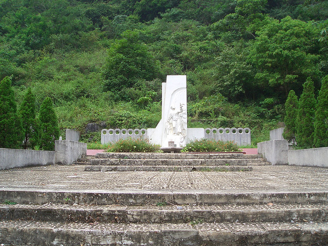Mộ tượng niêm Anh Kim Đồng – Pác Bó Cao Bằng