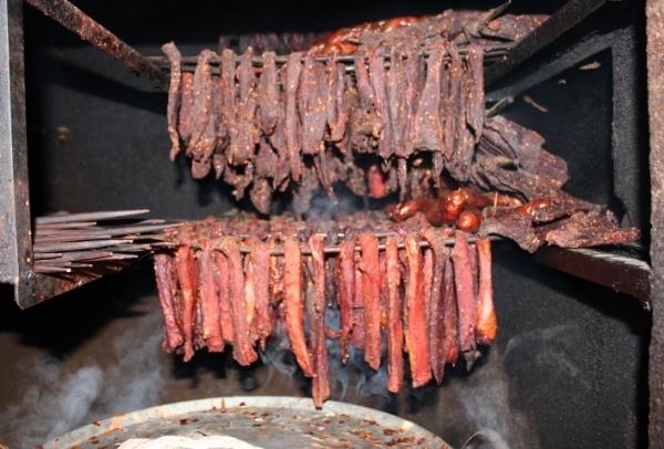 Thit bò được xâu thành từng xâu rồi gác bếp