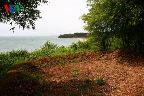 Vịnh Mốc là một làng quê nằm trên một khu đồi đất đỏ sát bờ biển