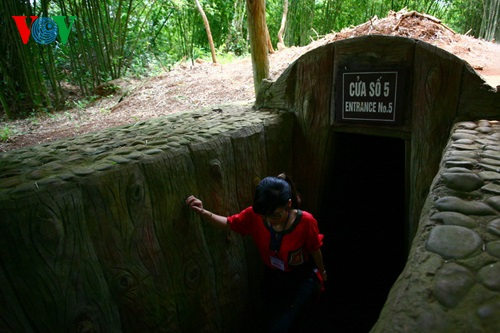 Một cửa vào hệ thống địa đạo từ phía đồi. Địa đạo Vịnh Mốc có chiều tổng dài hơn 1700m với 3 tầng.