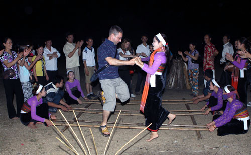 Du khách vui vẻ nhảy điệu nhảy sạp truyền thống