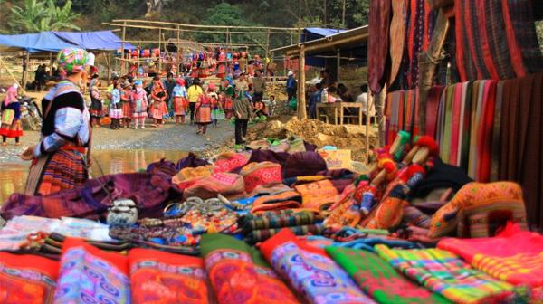 Rất nhiều đồ thổ cẩm của người dân tộc được bày bán
