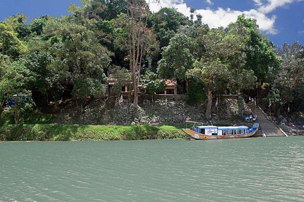 Điện Hòn Chén nhìn từ sông Hương