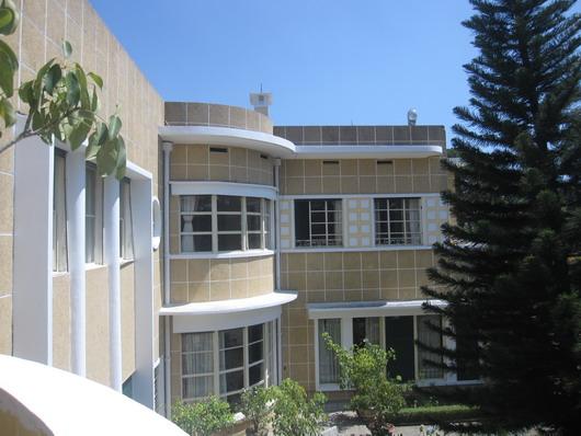 Các cửa sổ bằng kính với khung thép của Dinh Bảo Đại