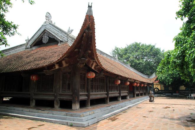 đình Báng có kiến trúc bề thế, hòa hợp với thiên nhiên Việt Nam