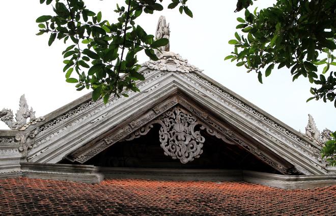 Một đầu mái của đình được chạm gỗ cầu kỳ, ngoài những hình rồng còn có nhiều kiểu chạm khắc khác.