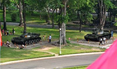 Hai chiếc xe tăng lịch sử số hiệu 843 và 390 của đại đội 4