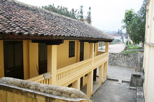 Gian nhà phía sau gồm 2 tầng, từng là bếp, là nơi sinh sống của người ở và lính