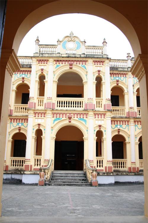 Những năm trước, khu dinh thự đã được tu sửa lại, tuy nhiên, vì thế mà sắc màu không còn vẻ đẹp nguyên thủy.