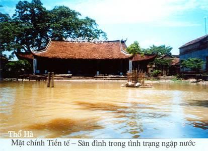 mặt chính tiền tế - sân đình trong tình trạng ngập nước
