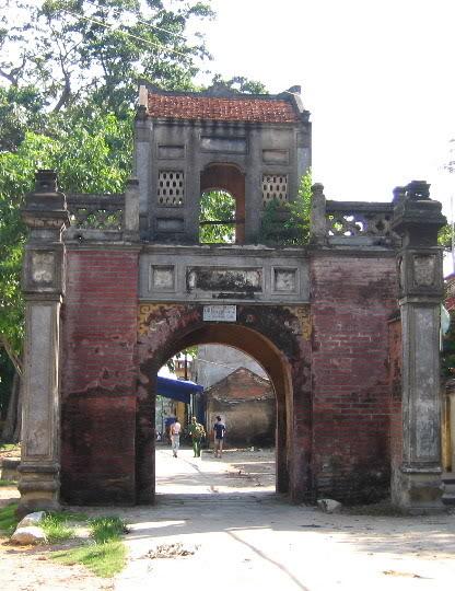 Cổng vào làng Thổ Hà