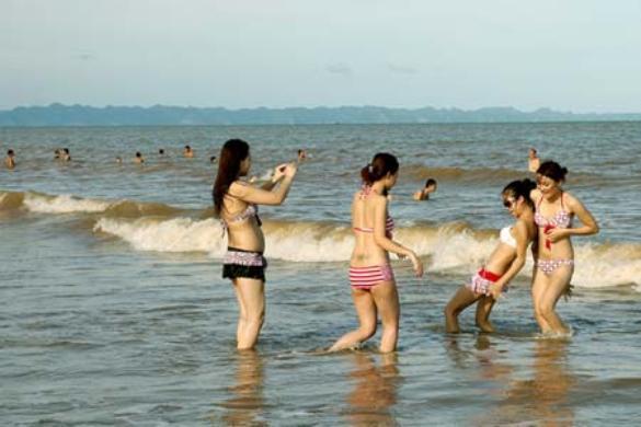 Tắm biển Đồ Sơn.