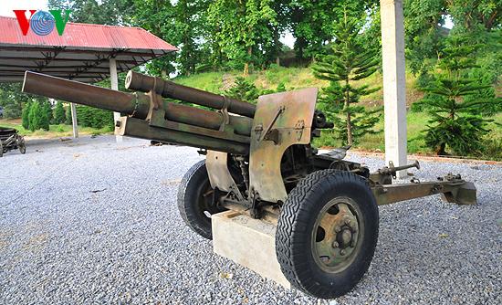 Ngay từ dưới chân đồi là hình ảnh những khẩu pháo, xe tăng được giữ gìn,  bảo quản từ những năm tháng chiến tranh ác liệt