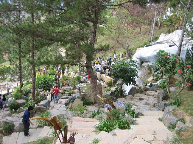 Những tảng đá  lớn tạo thành con đường dẫn lên đồi Thông