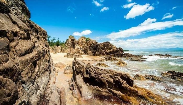 Điểm du lịch Đồng Hới hấp dẫn: Bãi đá nhảy.