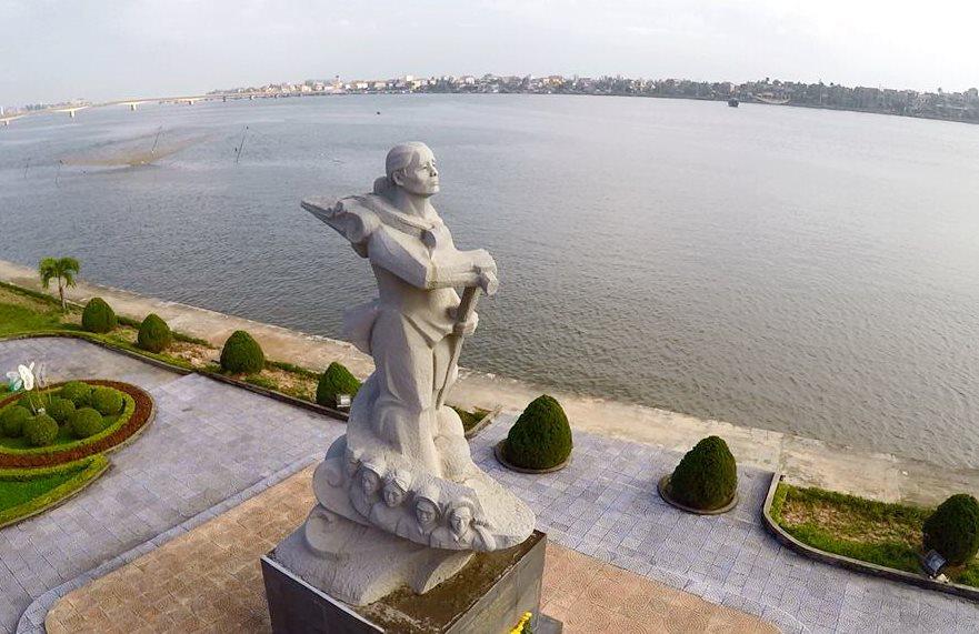 Tượng đài Mẹ Suốt bên bờ sông Nhật Lệ