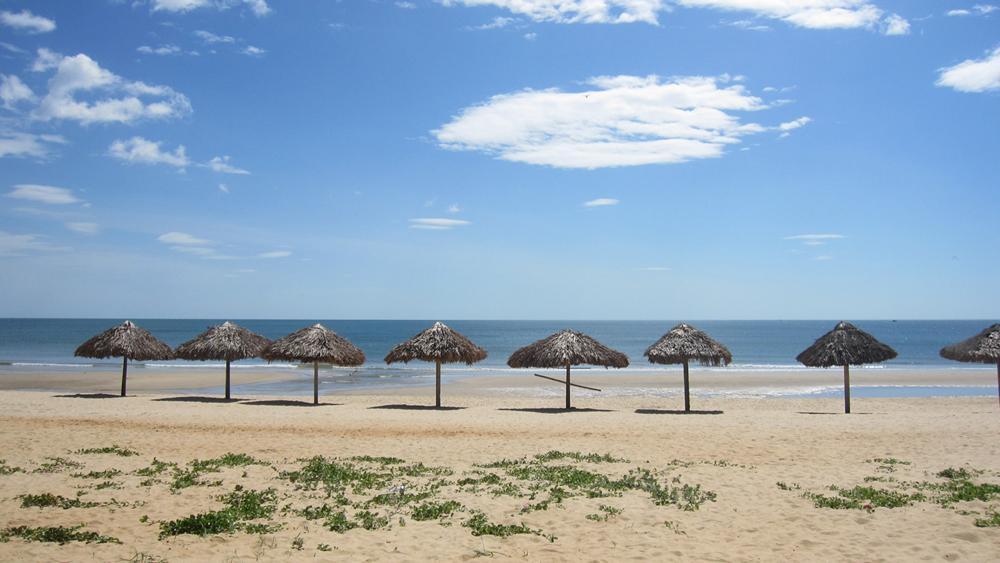 Bãi biển Nhật Lệ với biển xanh cát trắng nắng vàng