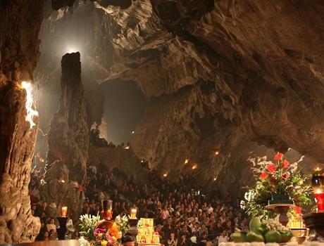 Bên trong động Hương Tích mang vẻ đẹp kỳ ảo của nhũ đá và ánh sáng