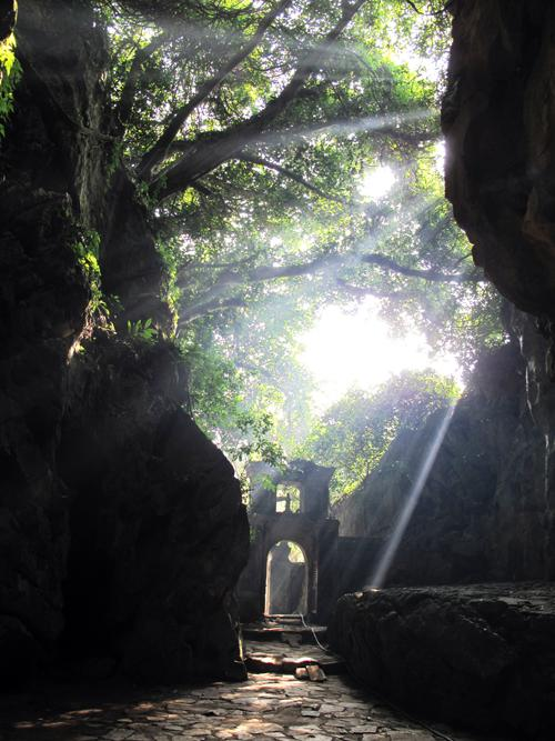 Động Huyền Không là một trong những động rộng, thoáng mát và đẹp nhất của quần thể Ngũ Hành Sơn