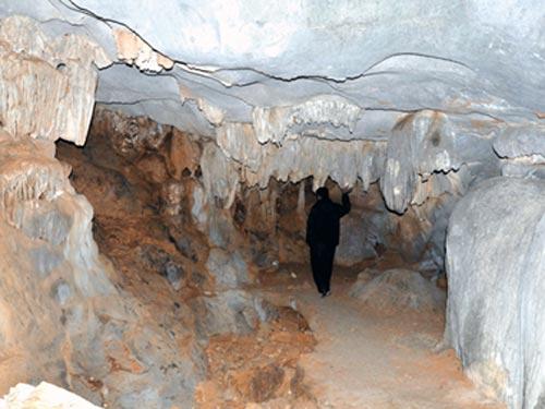 nhũ đá mang nhiều hình thù óng ánh, muôn màu rủ xuống từ trần động