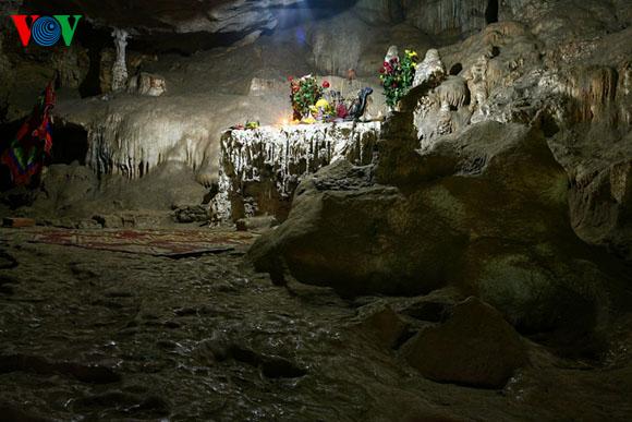 Phía ngoài Hang Dơi (hang chính), thiên nhiên khéo léo sắp đặt một hang động nhỏ hơn, có tên là Động Trình