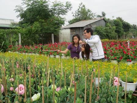 Du khách hào hứng ghi lại những khoảnh khách đẹp nhất ở làng hoa Sa Đéc