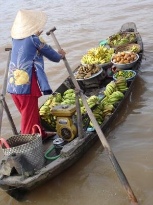 Người dân Cái Bè đã quen với phiên chợ bán hoa quả trên sông