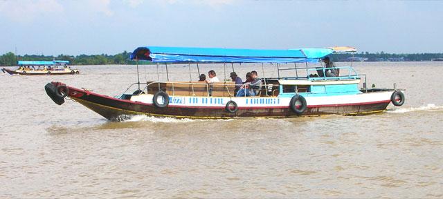Du lịch trên sông Tiền – ảnh: HTQ