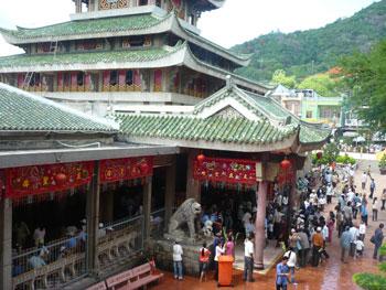 Tháng giêng lên núi – nhiều du khách hướng về các chùa miếu.