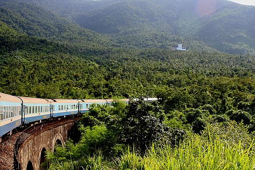 Đường tàu chạy qua đèo Hải Vân