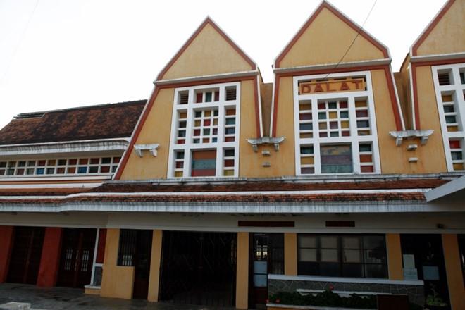 Nhìn từ mặt trước, nhà ga có ba chóp nhọn tam giác tượng trưng cho ba đỉnh núi Lang Biang,