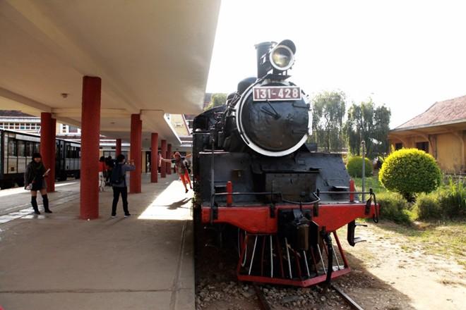Đầu tàu cổ được trưng bày để khách du lịch thăm quan và chụp ảnh.