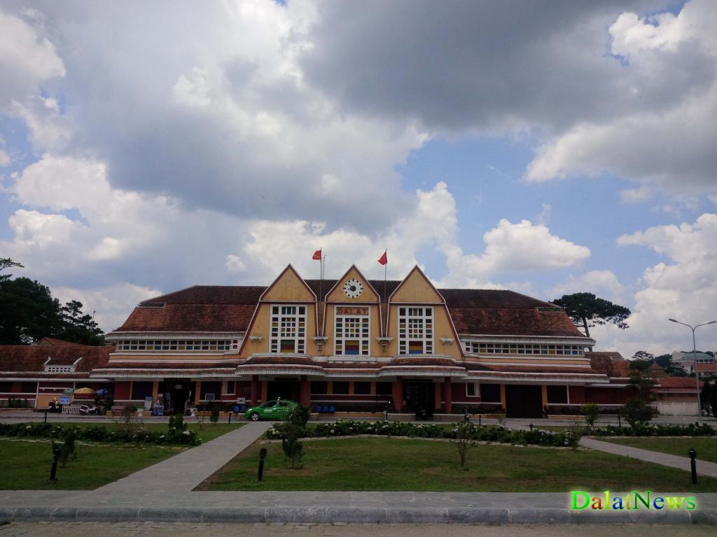 Ga xe lửa Đà Lạt là một địa điểm tham quan du lịch thú vị mà bạn khó có thể bỏ qua khi ghé thăm thành phố Đà Lạt.