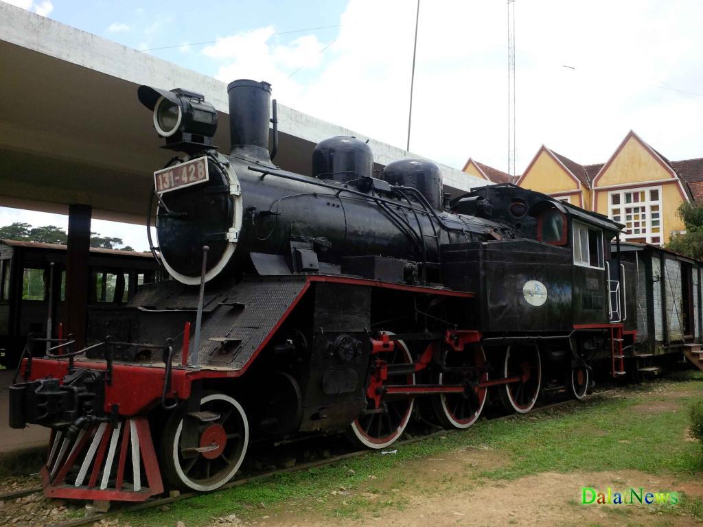 Xe lửa được phục chế ngoại hình phục vụ du khách tham quan chụp ảnh lưu niệm.