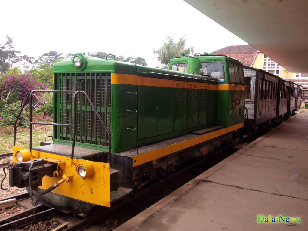 Đầu tàu vẫn còn hoạt động chở khách duy nhất ở ga.