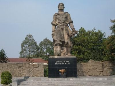 tượng đài vua Quang Trung