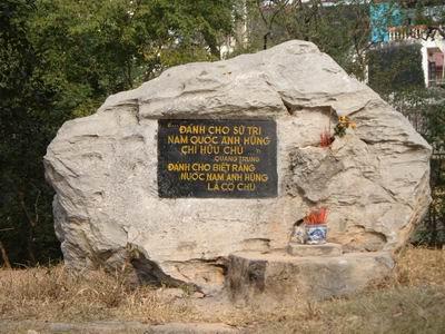 Bia đá có ghi lời hịch của vua Quang Trung trên đỉnh gò