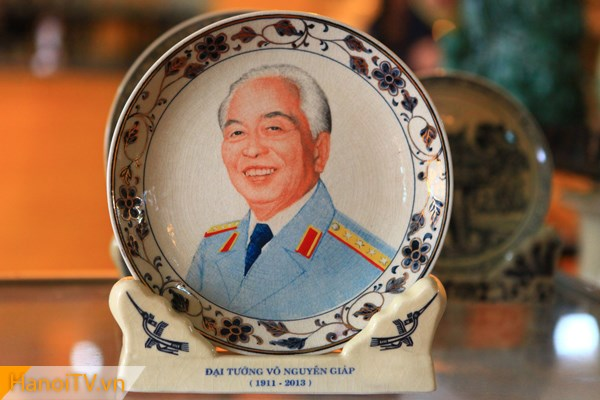 Bức chân dung Đại tướng Võ Nguyên Giáp được vẽ rất đẹp trên đĩa gốm