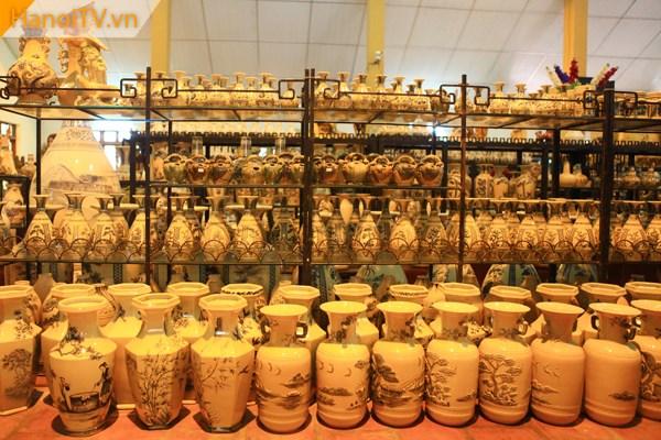 Hàng nghìn sản phẩm gốm được trưng bày giới thiệu và bán cho khách du lịch