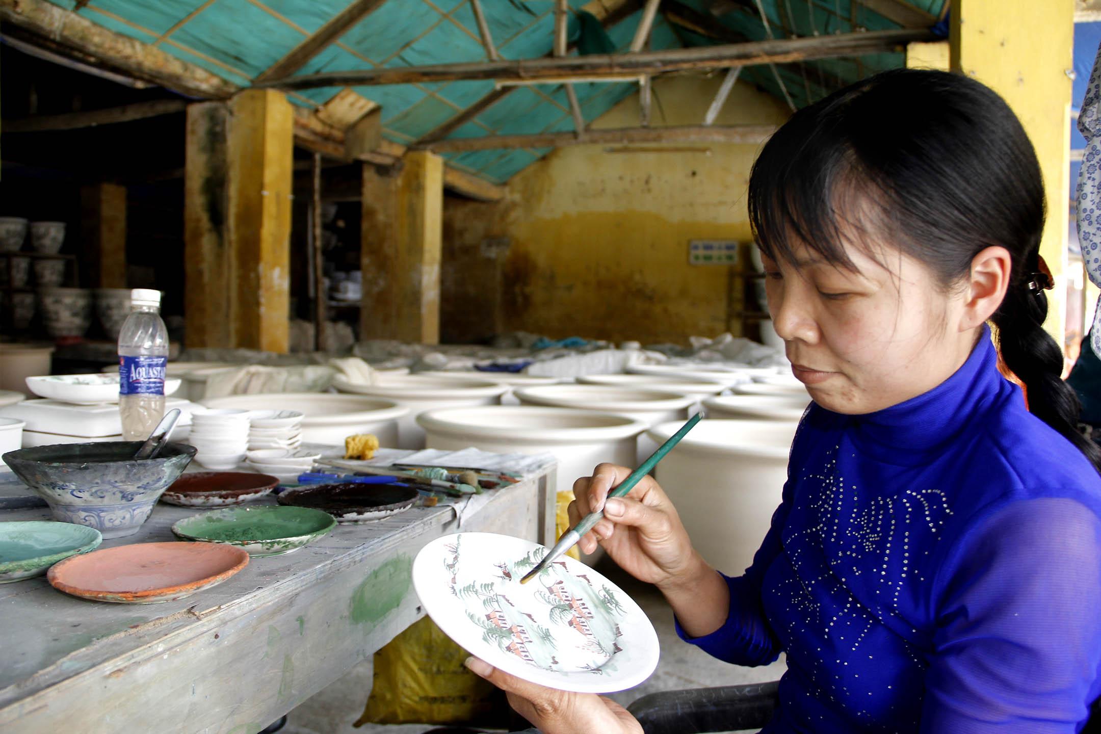 Nghệ nhân Nguyễn Thị Hoa hợp tác xã sứ Đông Thành